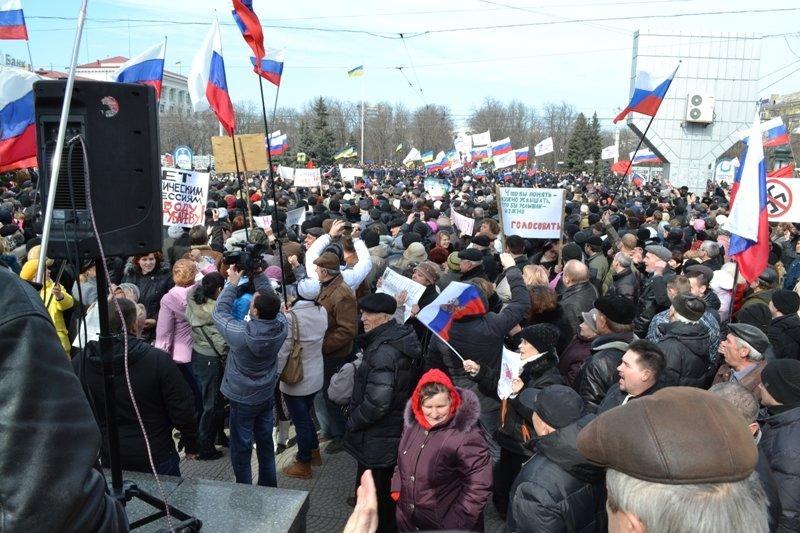 В Луганске захватили облгосадминистрацию и вынудили губернатора написать заявление об отставке (ФОТО), фото-10