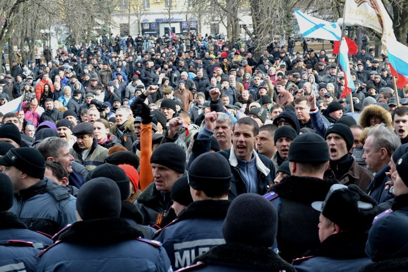 В Луганске захватили облгосадминистрацию и вынудили губернатора написать заявление об отставке (ФОТО), фото-19