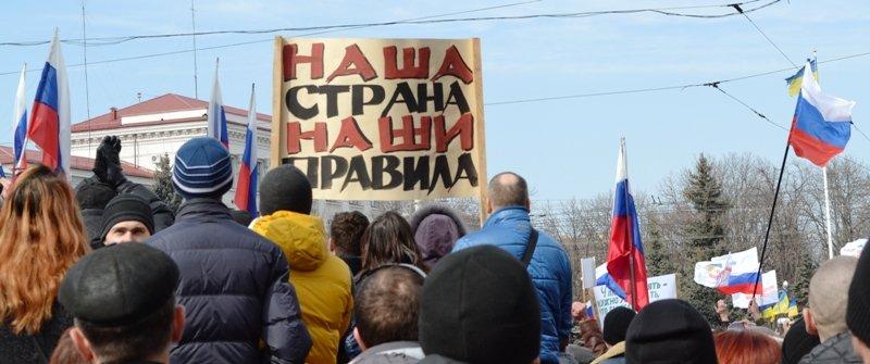 В Луганске захватили облгосадминистрацию и вынудили губернатора написать заявление об отставке (ФОТО), фото-9