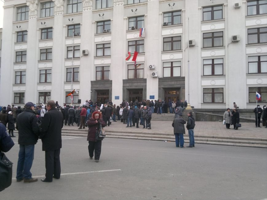 В Луганске захватили облгосадминистрацию и вынудили губернатора написать заявление об отставке (ФОТО), фото-26