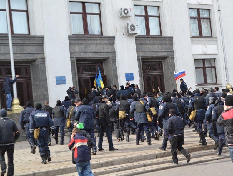 В Луганске захватили облгосадминистрацию и вынудили губернатора написать заявление об отставке (ФОТО), фото-14