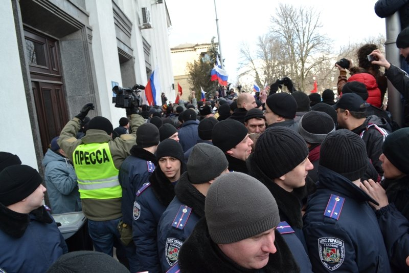 В Луганске захватили облгосадминистрацию и вынудили губернатора написать заявление об отставке (ФОТО), фото-20