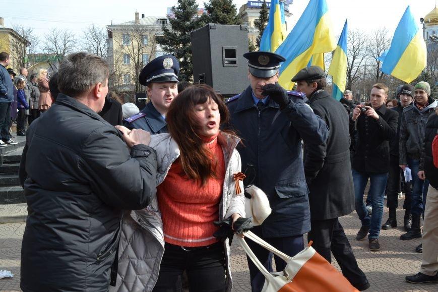 В Луганске захватили облгосадминистрацию и вынудили губернатора написать заявление об отставке (ФОТО), фото-1