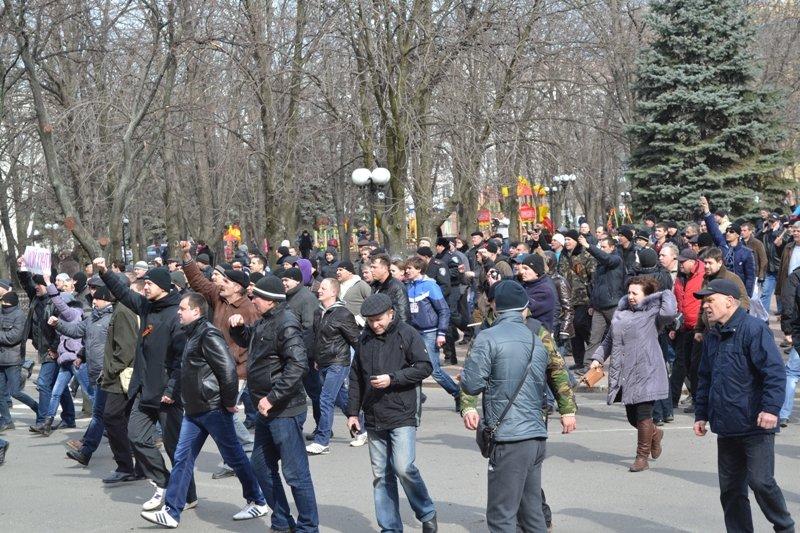В Луганске захватили облгосадминистрацию и вынудили губернатора написать заявление об отставке (ФОТО), фото-17