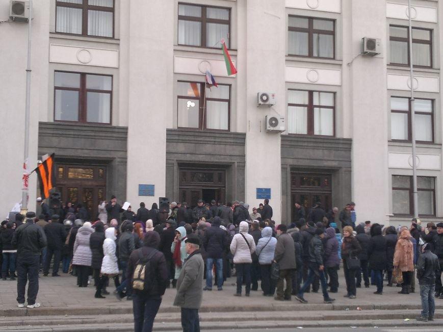 В Луганске захватили облгосадминистрацию и вынудили губернатора написать заявление об отставке (ФОТО), фото-25