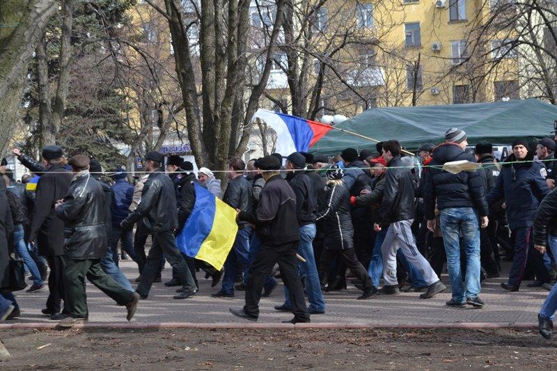 В Луганске захватили облгосадминистрацию и вынудили губернатора написать заявление об отставке (ФОТО), фото-12