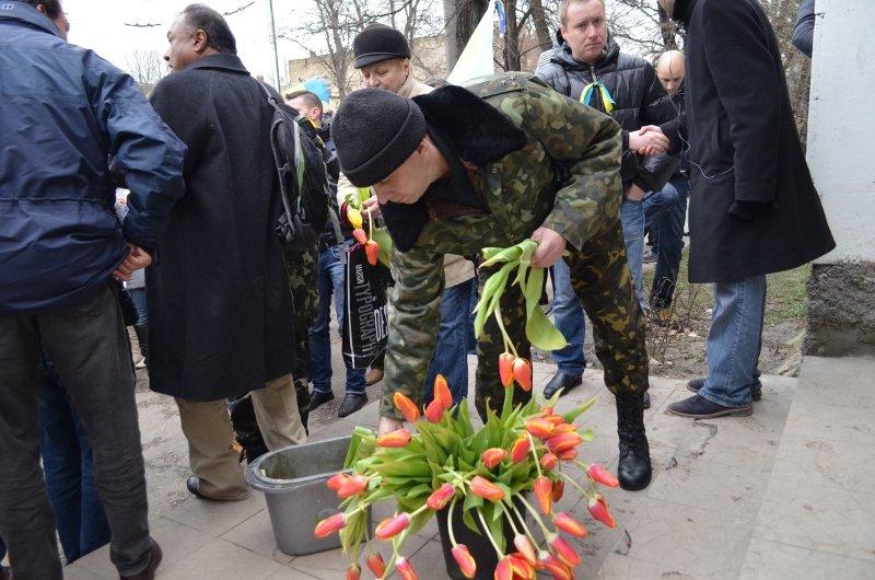 ФОТОФАКТ: В Симферополе военные дарили женщинам тюльпаны, фото-6