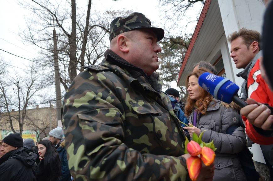 ФОТОФАКТ: В Симферополе военные дарили женщинам тюльпаны, фото-7