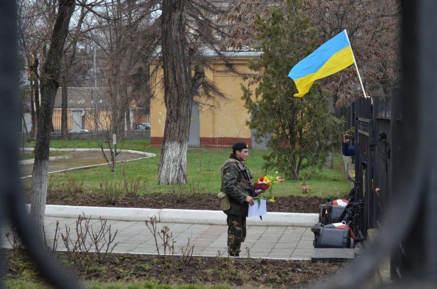ФОТОФАКТ: В Симферополе военные дарили женщинам тюльпаны, фото-4