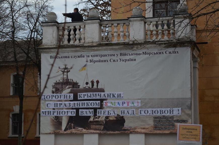 ФОТОФАКТ: В Симферополе военные дарили женщинам тюльпаны, фото-2