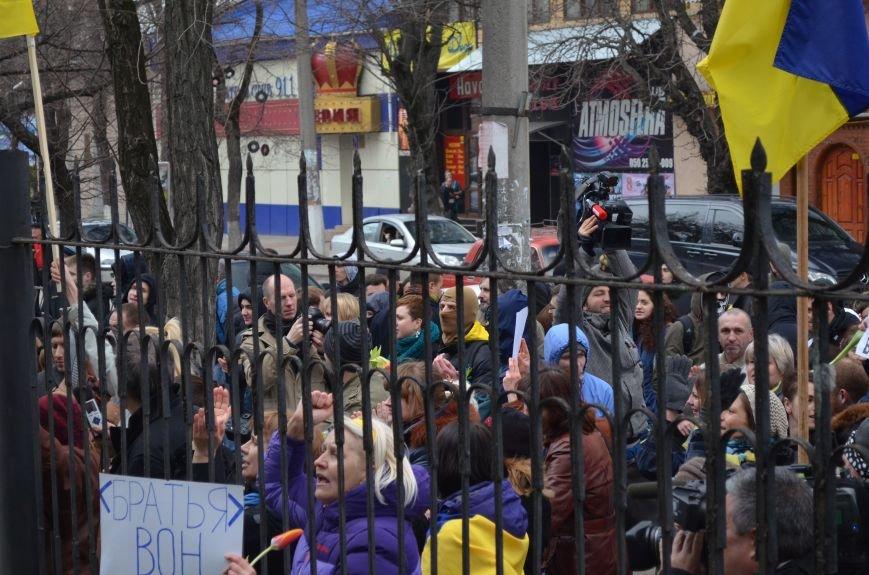 ФОТОФАКТ: В Симферополе военные дарили женщинам тюльпаны, фото-5
