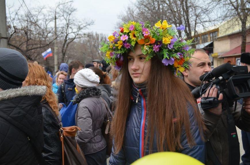 ФОТОФАКТ: В Симферополе военные дарили женщинам тюльпаны, фото-8