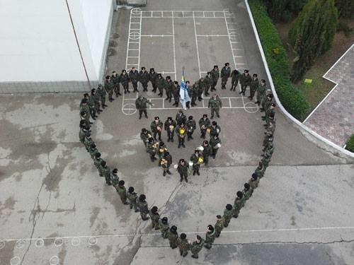 ФОТОФАКТ: В Симферополе военные дарили женщинам тюльпаны, фото-9