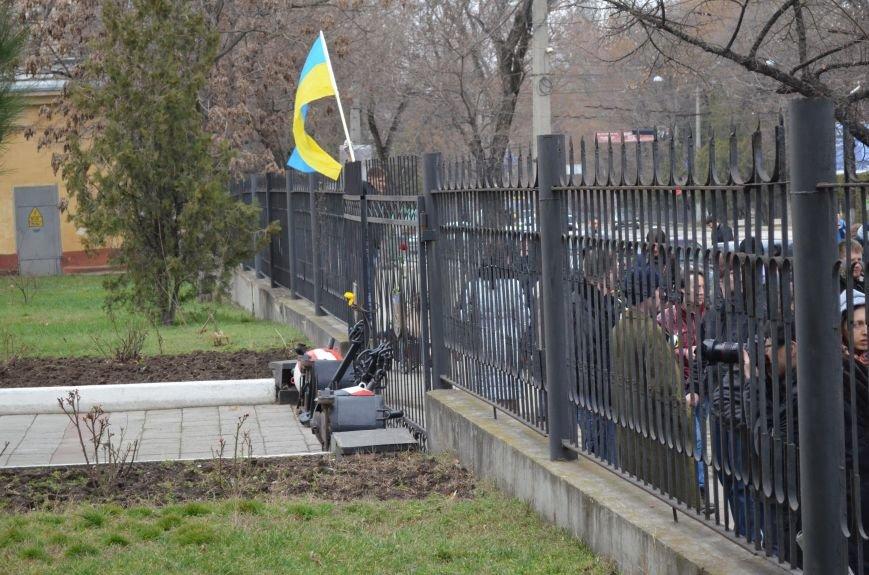 ФОТОФАКТ: В Симферополе военные дарили женщинам тюльпаны, фото-3