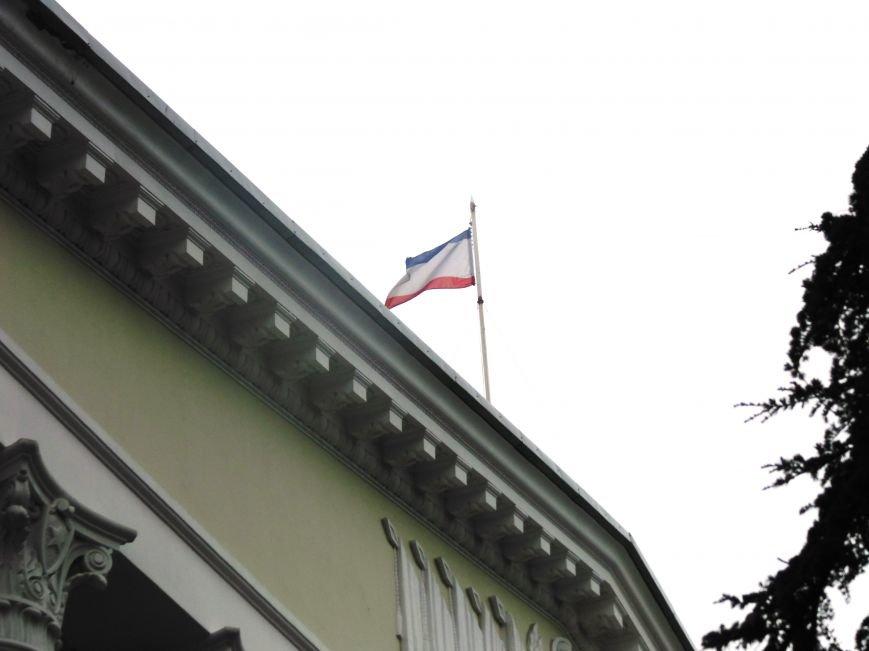 Круговорот государственных флагов на фронтонах Ялтинского горсовета (ФОТО), фото-3