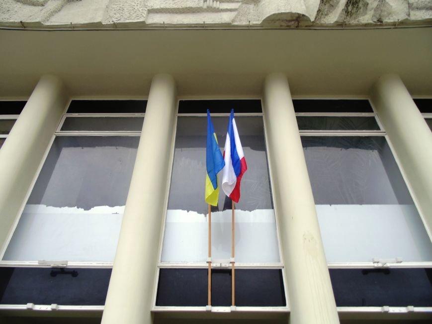 Круговорот государственных флагов на фронтонах Ялтинского горсовета (ФОТО), фото-5