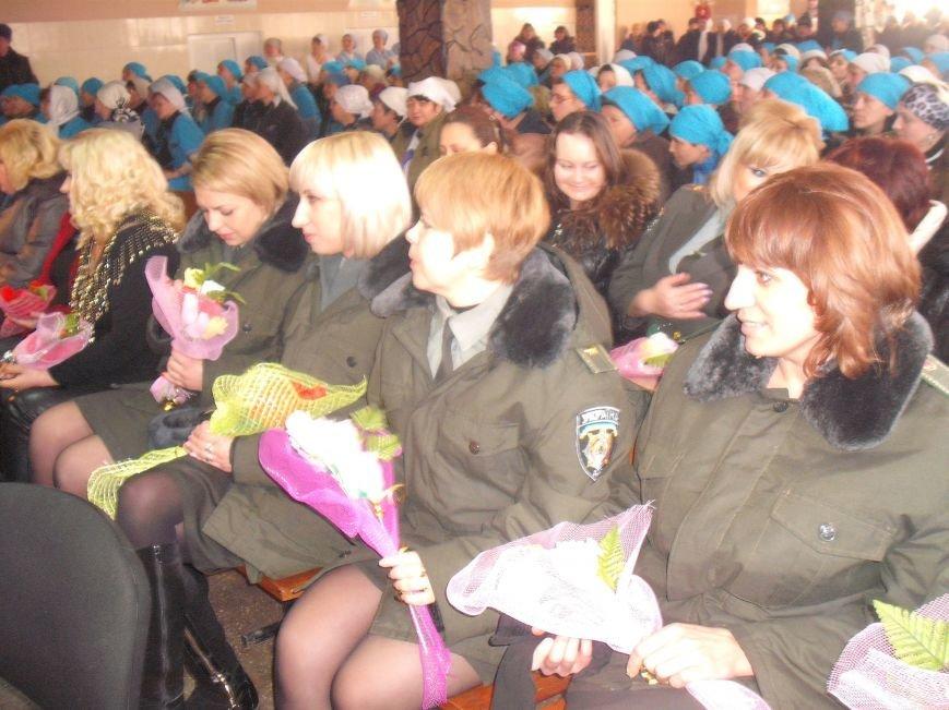 В Мариуполе осужденным дамам подарили сладости, а их надзирателям - цветы из бумаги (ФОТО), фото-3