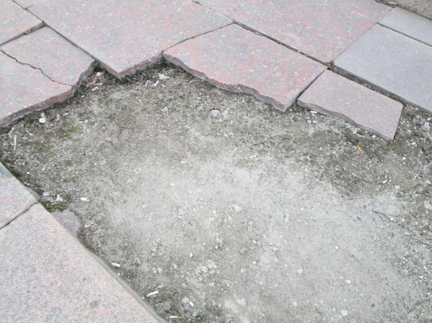 В Горловке неизвестные демонтируют плитку на площади Революции, фото-6