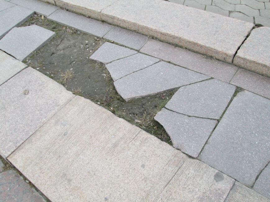 В Горловке неизвестные демонтируют плитку на площади Революции, фото-5