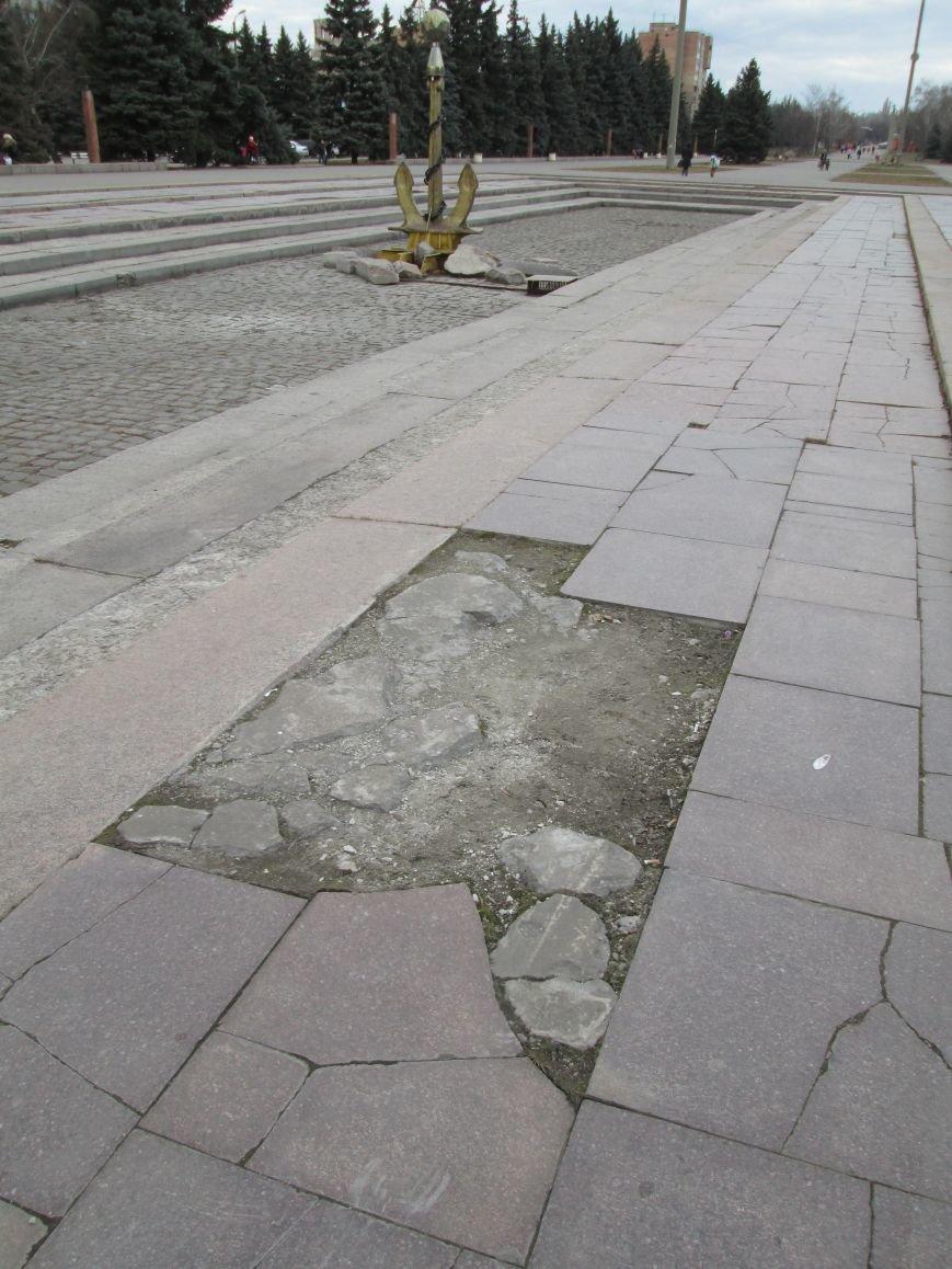 В Горловке неизвестные демонтируют плитку на площади Революции, фото-8