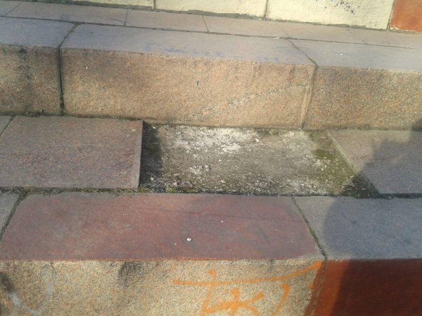 В Горловке неизвестные демонтируют плитку на площади Революции, фото-1
