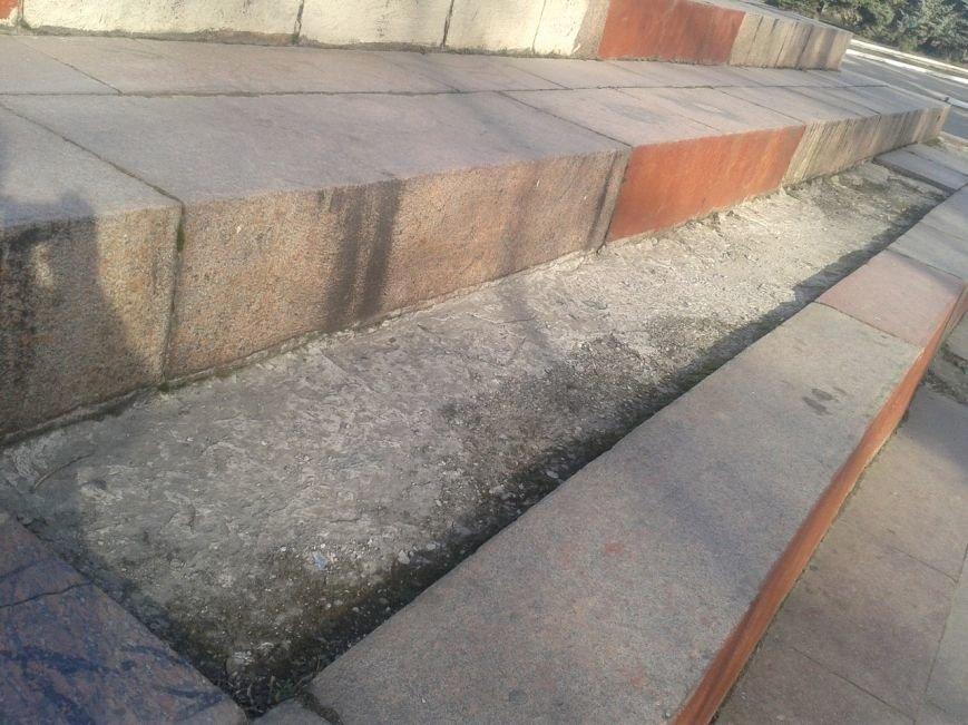 В Горловке неизвестные демонтируют плитку на площади Революции, фото-3