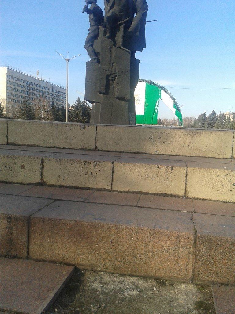 В Горловке неизвестные демонтируют плитку на площади Революции, фото-2