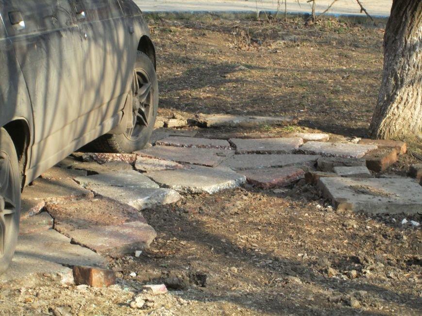В Горловке неизвестные демонтируют плитку на площади Революции, фото-4