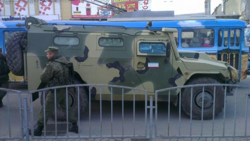 ФОТОФАКТ: Военная техника в центре Симферополя: Народ фотографируется, фото-2