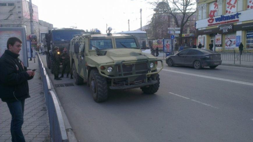 ФОТОФАКТ: Военная техника в центре Симферополя: Народ фотографируется, фото-1