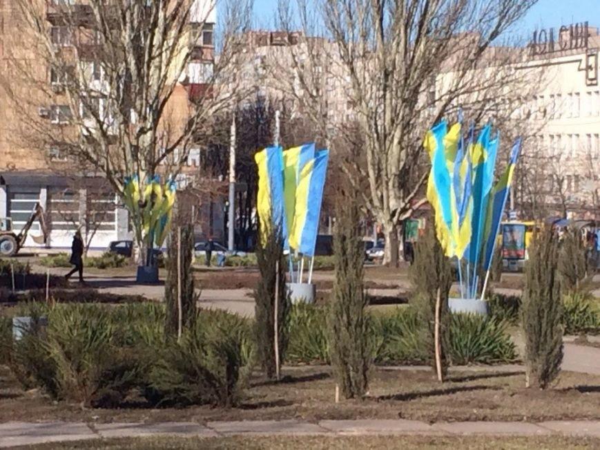 Мариуполь вывесил желто-голубые флаги (Фотофакт), фото-3