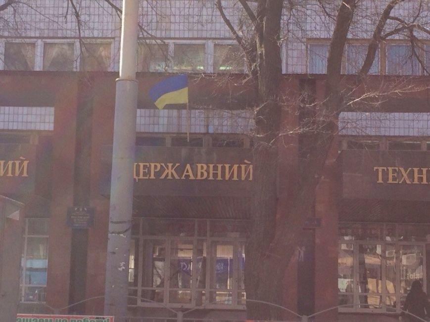 Мариуполь вывесил желто-голубые флаги (Фотофакт), фото-4