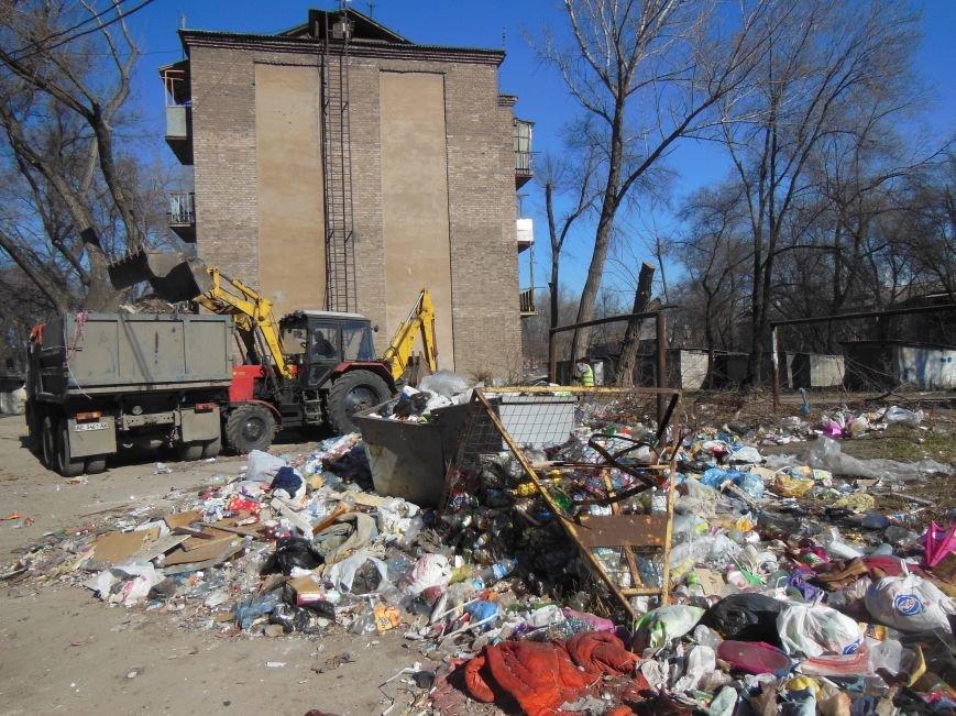 Большую весеннюю уборку начал КЖЭП «Орион» во дворах Днепродзержинска., фото-1