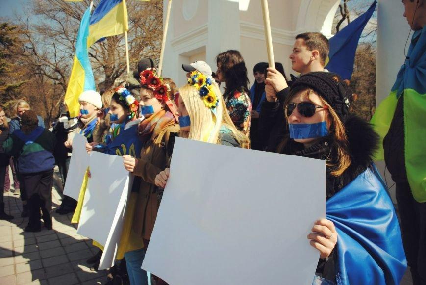 В Симферополе девушки заклеили себе рты и вышли на митинг (ФОТО), фото-3