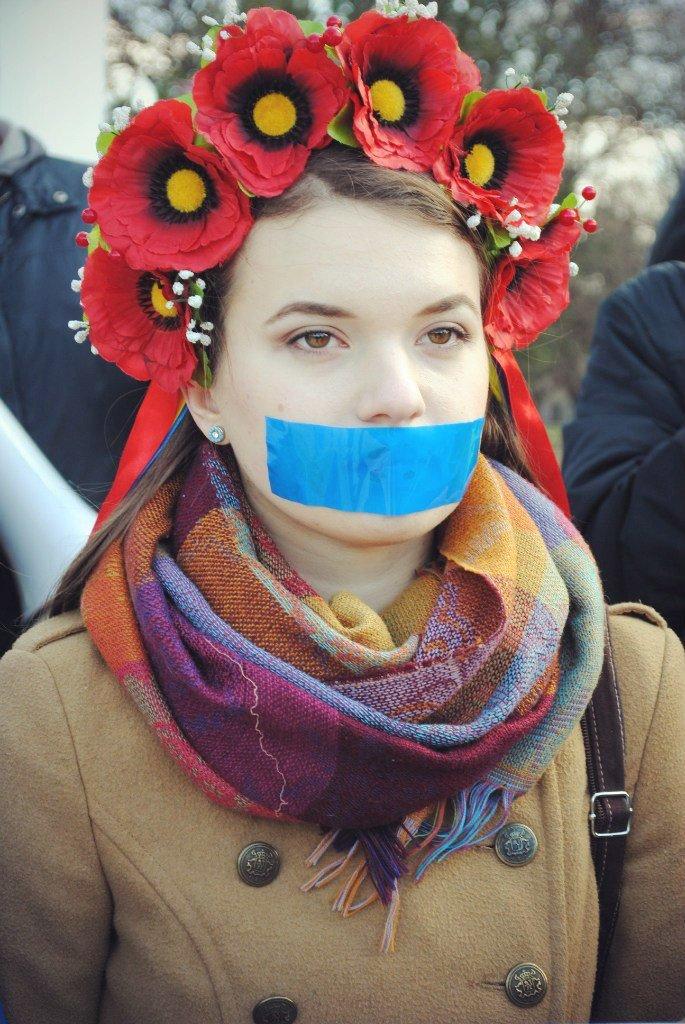 В Симферополе девушки заклеили себе рты и вышли на митинг (ФОТО), фото-4