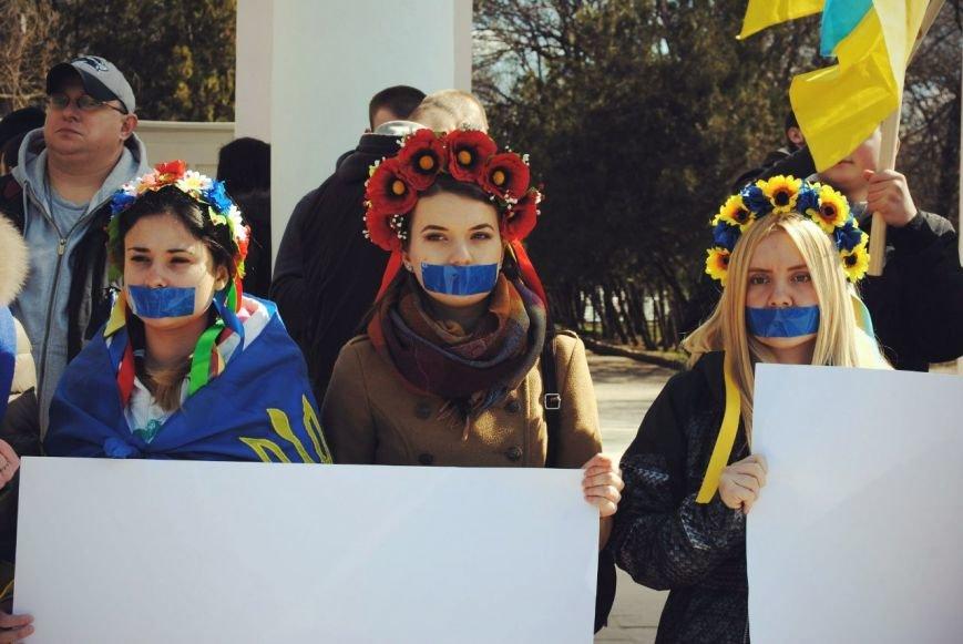 В Симферополе девушки заклеили себе рты и вышли на митинг (ФОТО), фото-2