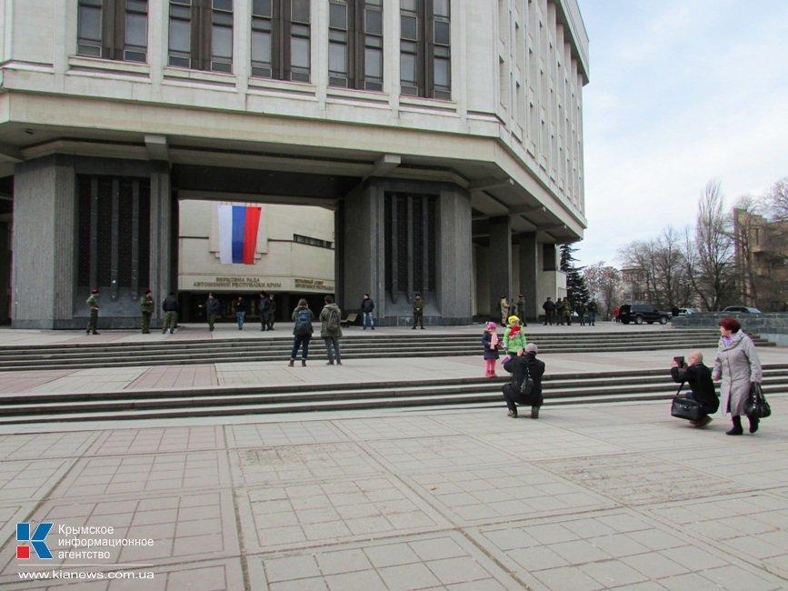 ФОТОФАКТ: Со здания крымского парламента пропал герб Украины, фото-2