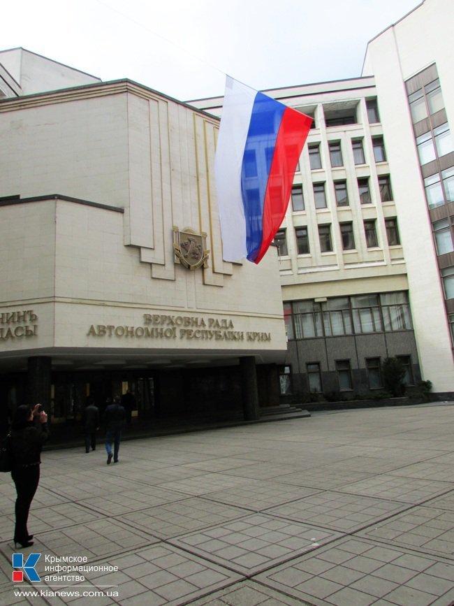 ФОТОФАКТ: Со здания крымского парламента пропал герб Украины, фото-4