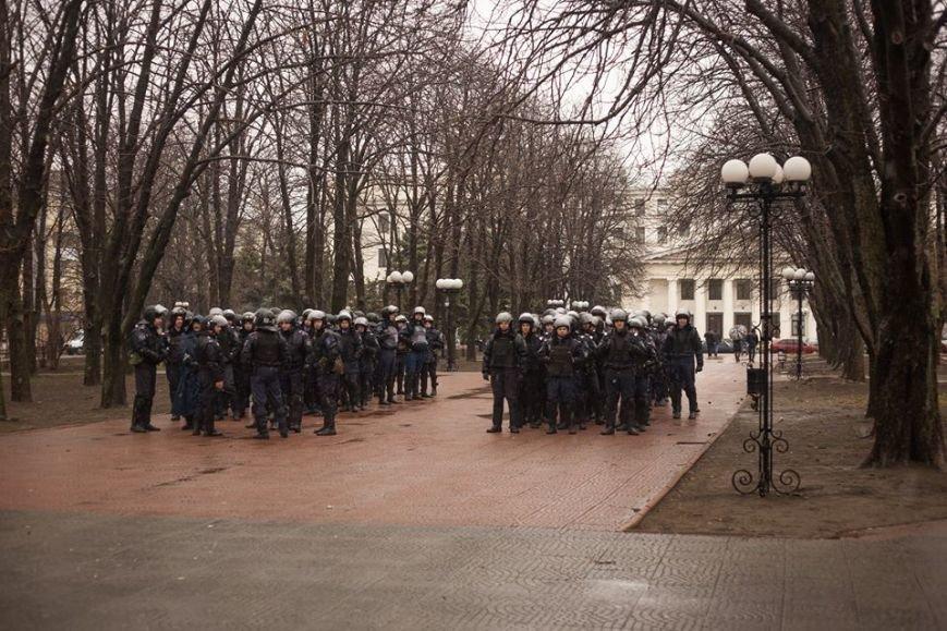 К месту пророссийского митинга в Луганске идут взводы милиционеров (ФОТО), фото-1