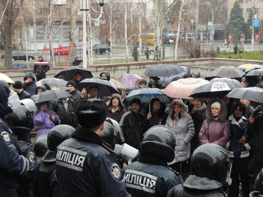 В Мариуполе под горсоветом митингуют под дождем (Дополнено + ФОТОРЕПОРТАЖ), фото-1