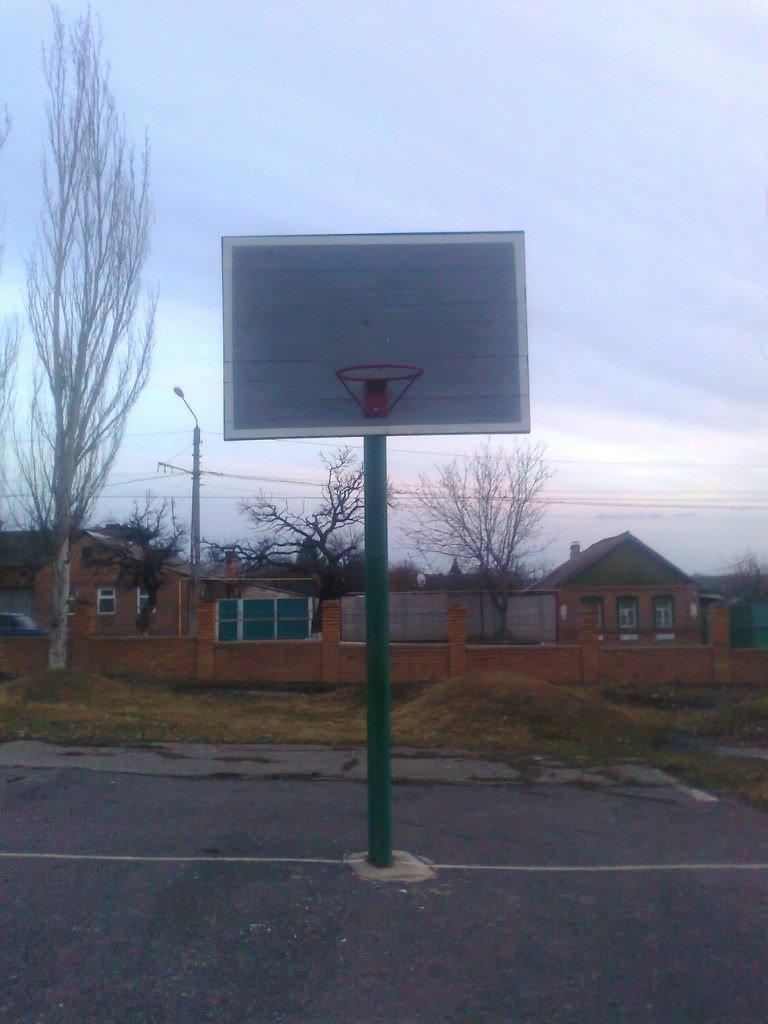 В Артемовске активисты из «Нового измерения» обустраивают баскетбольную площадку Забахмуткой, фото-2
