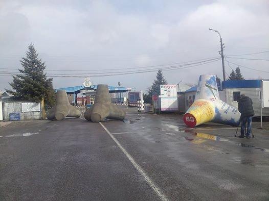Вышли на трассу! Мариупольские тетраподы с площади фонтанов теперь  дежурят не только  на границе (ФОТО), фото-2