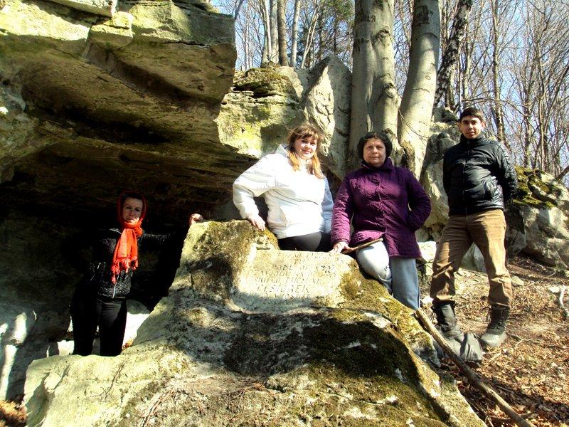 Група туристів коло каменя-ката, що у 1923 році розчавив каменяра