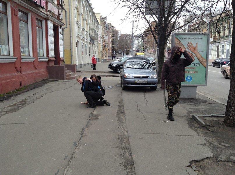 В Днепропетровске люди, называющие себя «Правым сектором», избили парня-провокатора (ВИДЕО, ФОТО), фото-2