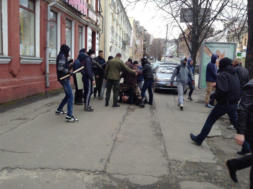 В Днепропетровске люди, называющие себя «Правым сектором», избили парня-провокатора (ВИДЕО, ФОТО), фото-1