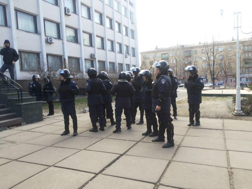 В Мариуполе митингующие выбили дверь в горсовет (ФОТО+ВИДЕО), фото-11