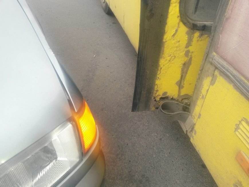 В Мариуполе из-за беспорядков на пост-мосту маршрутка столкнулась с «Ладой» (ФОТО), фото-4