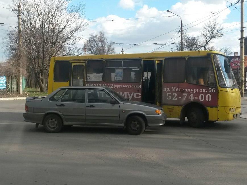В Мариуполе из-за беспорядков на пост-мосту маршрутка столкнулась с «Ладой» (ФОТО), фото-3