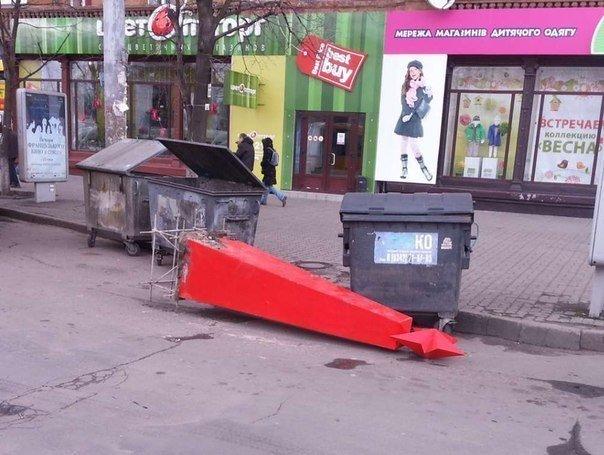 В Днепропетровске упала стела жертвам фашизма (ОБНОВЛЕНО, ФОТО), фото-2