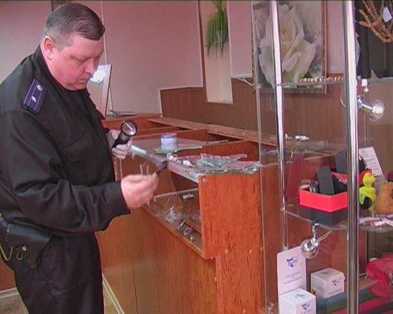 В Красном Луче четверо неизвестных ограбили ювелирный магазин (ФОТО), фото-2